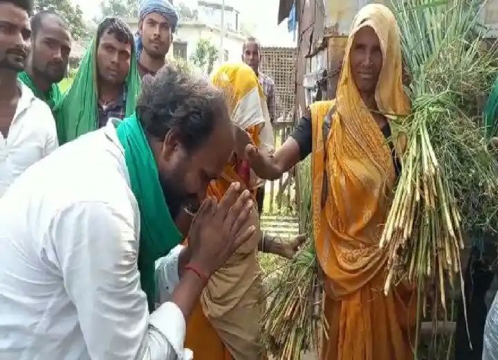सहरसा/Bihar Election: आरजेडी के इस उम्मीदवार को जनसंपर्क अभियान के दौरान जनता दे रही पैसे, जानें- क्या है वजह?