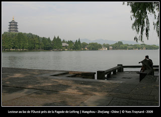 Lecteur au lac de l'Ouest près de la Pagode de Leifeng | Hangzhou - Zhejiang - Chine | © Yves Traynard - 2009
