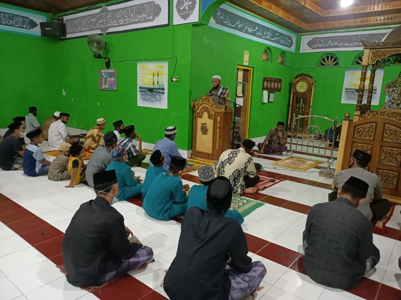 Ceramah di Masjid Jami Babussalam Desa Baringeng Kapolsek Lilirilau Ajak Warga Jaga Kamtibmas