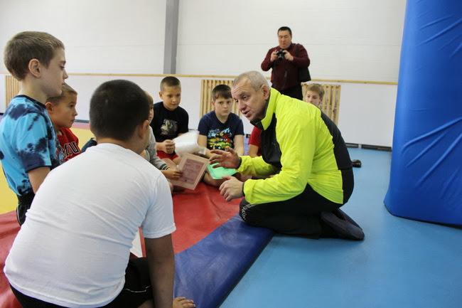 Тренер ДЮСШ Евгений Глузгал дает напутственные указания своим ученикам