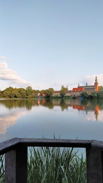 widok z jeziora na klasztor