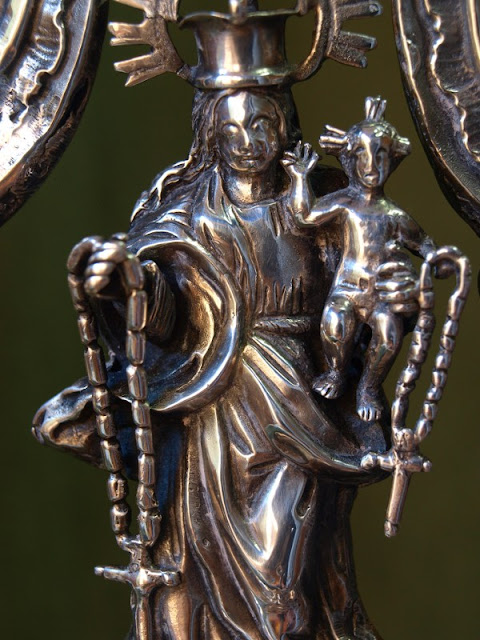 Detalle del remate del báculo de la cofradía, con la Virgen con el Niño en brazos