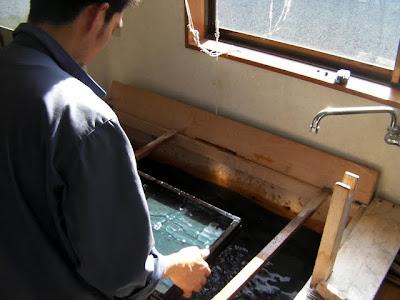 新しい坤柄紙(こんがらし)を手漉きで試作する紙漉き職人