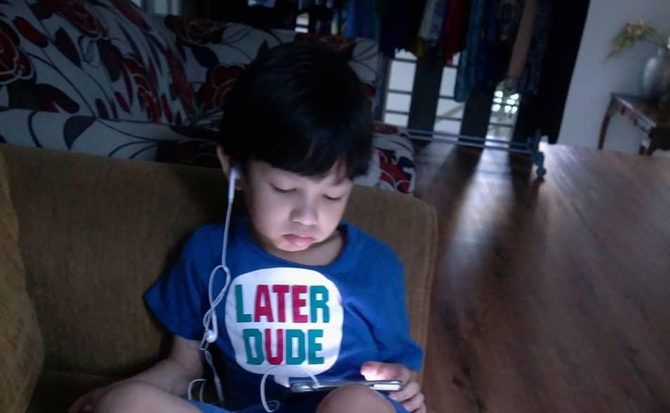 siang malam main handphone