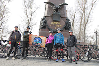 Велосипедисты у памятника Александру 3