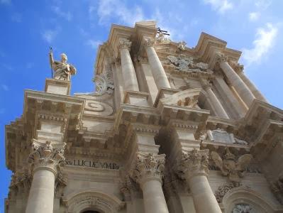 Barocke Fassade der Kathedrale S. Maria d. Colonne (7. Jh.; unter Verwendung des antiken Tempel der Athena um 470 v.Chr.) von Syrakus/Siracusa-Ortigia, Sizilien, Italien