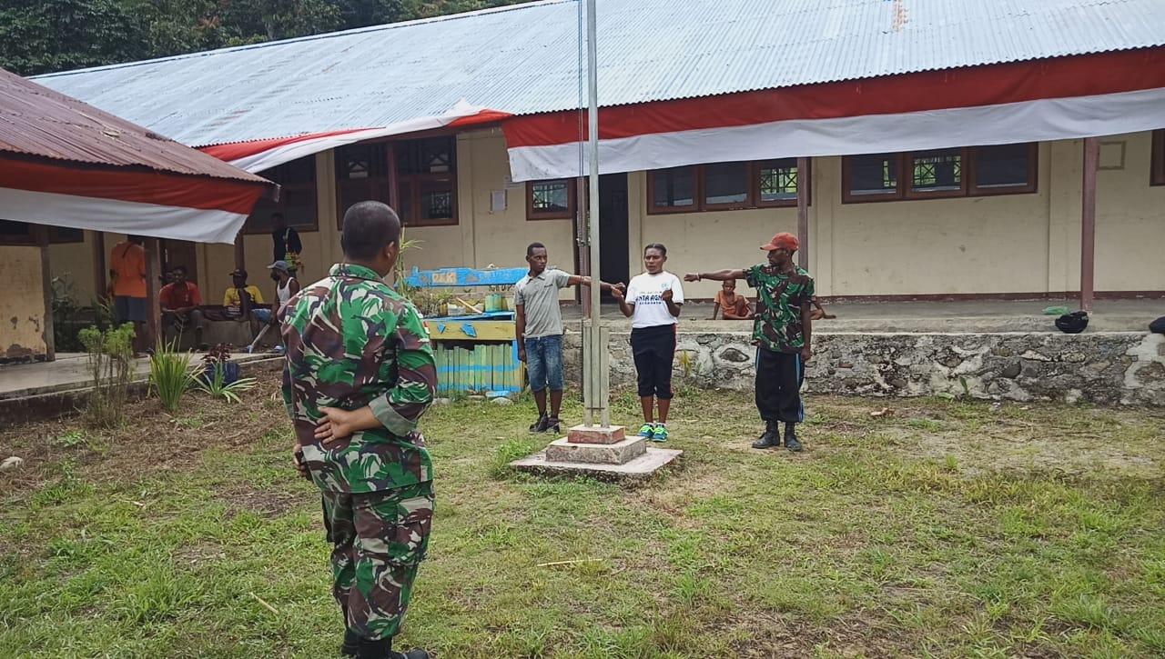 Satgaspam Yonif 312/KH Latih Siswa-siswi SMA Pengibar Bendera di Kampung Kalimao