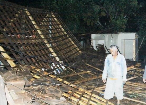 Akibat Angin Puting beliung, Nenek 60 tahun tewas tertimpa rumah