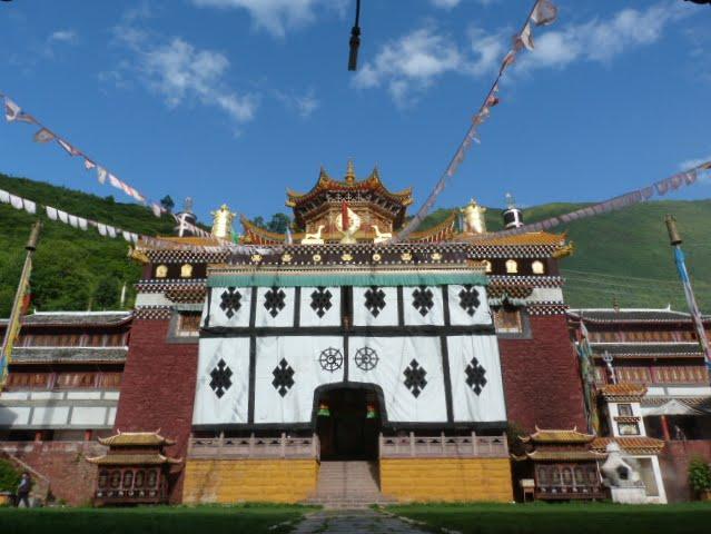 et à côté un temple