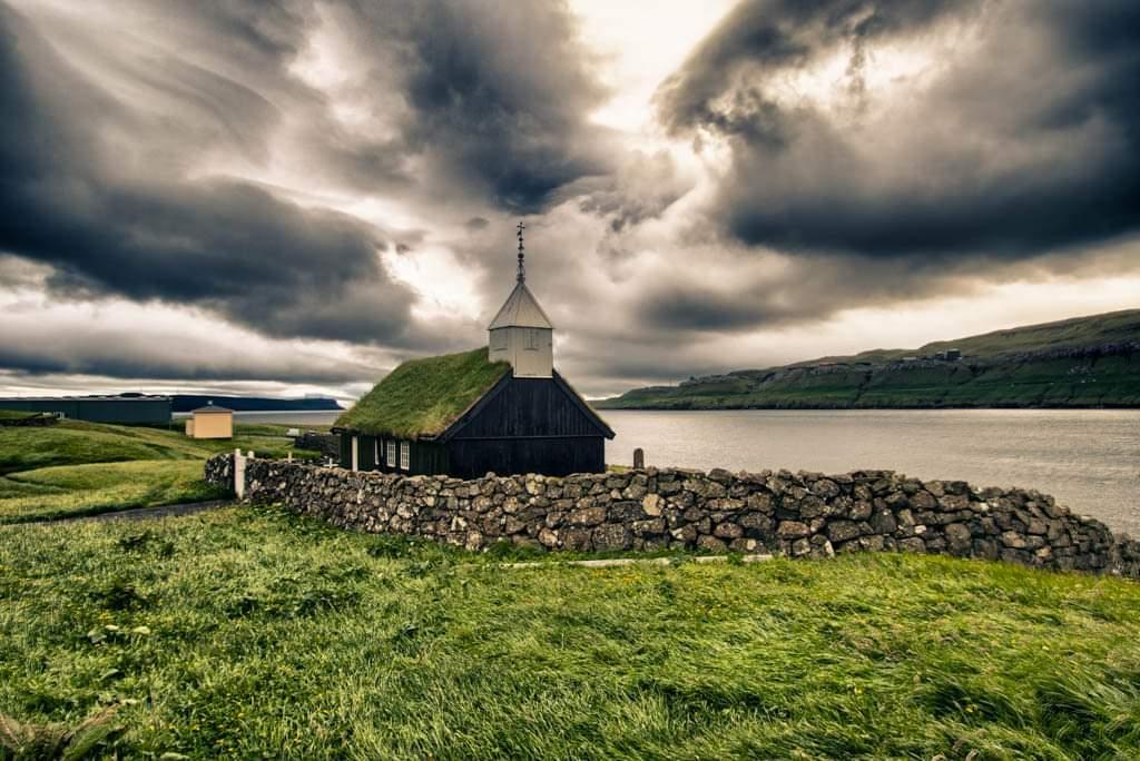 Chiesa col tetto in erba di Kaldbak alle Isole Faroe