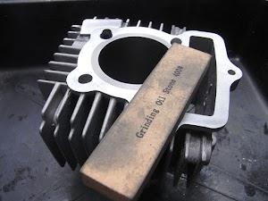 FIカブのシリンダー流用加工、オイルストーンで研磨
