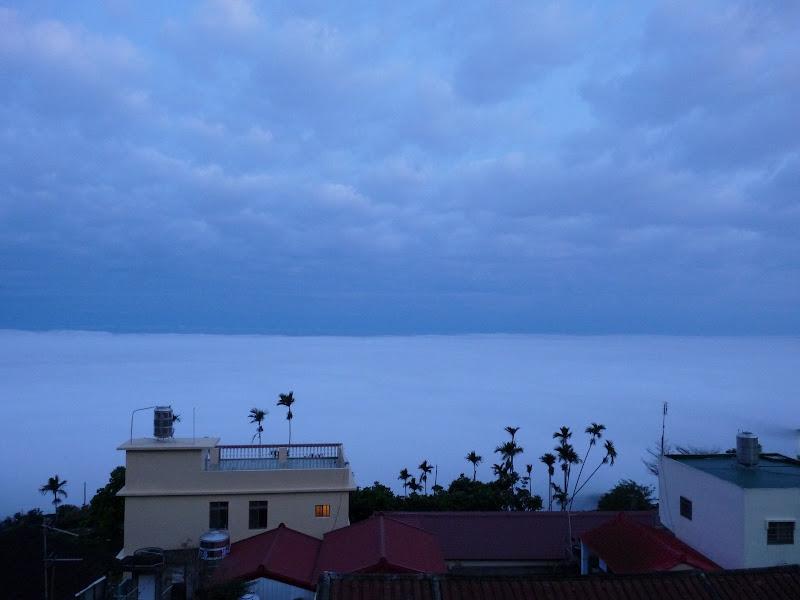 Au petit matin, au dessus des nuages,vue du temple ou nous avons dormi