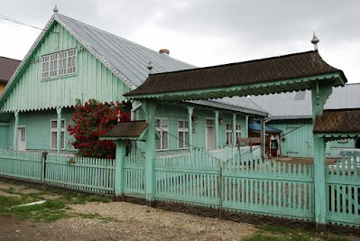 Traditionelles Haus mit Holztor in Arbore