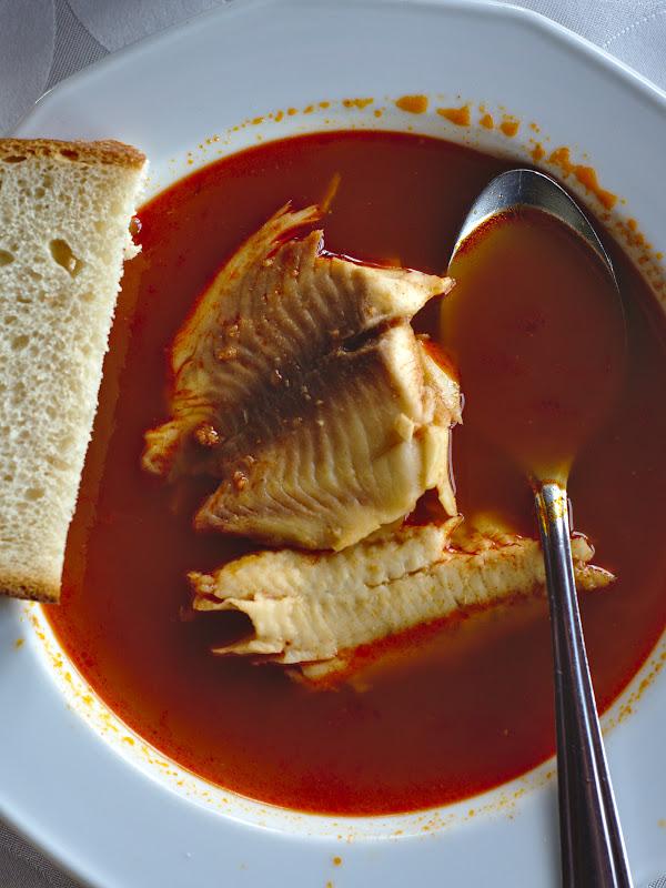 Cumva paprika reuseste sa ajunga in mare parte din bucatele unguresti. In cazul de fata o foarte buna supa de peste. Binenteles cu boia dulce.