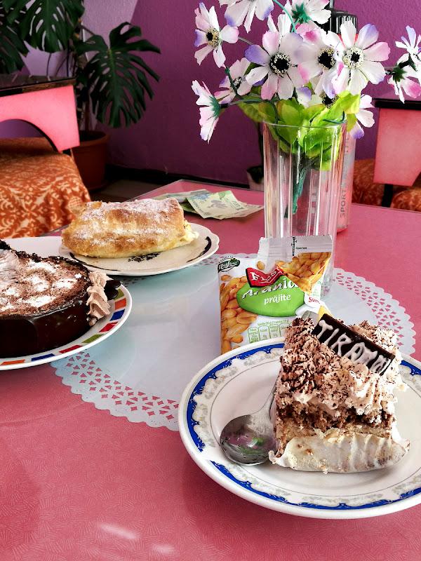 Pauza regulamentara la cofetaria din Slanic.