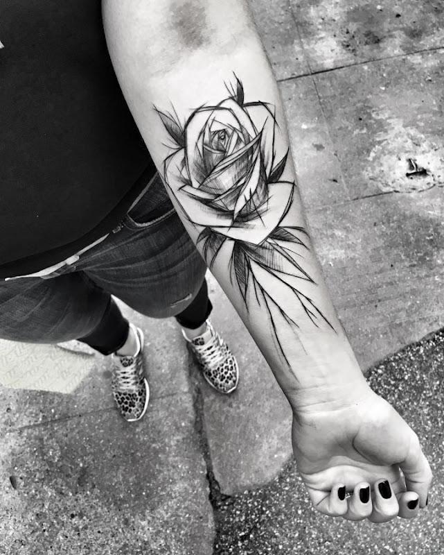 esta_florescendo_rosa_esboço_estilo_de_tatuagem