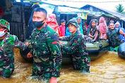 Prajurit Yonif Raider 112/DJ Bantu Warga Bencana Banjir