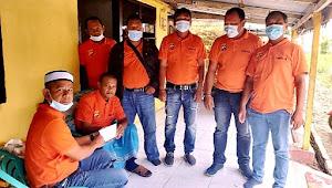 Ketua Pewarta Serahkan Santunan kepada Iswandi Nasution