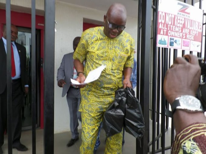 PHOTOS: Fayose storms bank, withdraws N5m from unfrozen account
