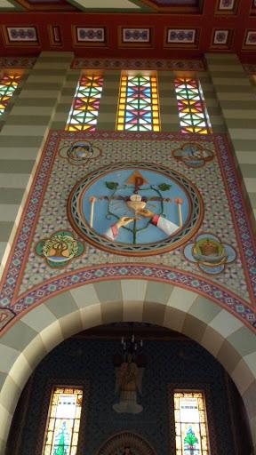 Vista superior da capela dedicada a Santo Antônio e ao início do Santo Sacrifício: a consagração.