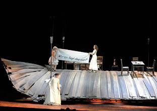 Photo: WIEN/ Burgtheater: WASSA SCHELESNOWA von Maxim Gorki. Premiere22.10.2015. Inszenierung: Andreas Kriegenburg. Alina Fritsch, Christiane Von Poelnitz, Sabine Haupt. Copyright: Barbara Zeininger