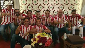 Turki Al-Sheikh, con sus amigos, viendo el partido en Arabia Saudí.