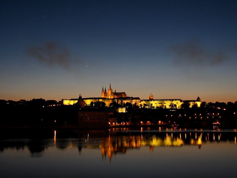 Praga noc�, 2 ciemne plamy to pozosta�o�ci z wystrza�u armat sprzed 2 minut