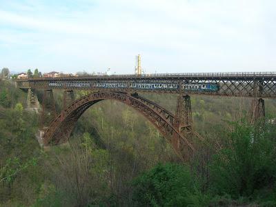 Il ponte San Michele con un treno in transito