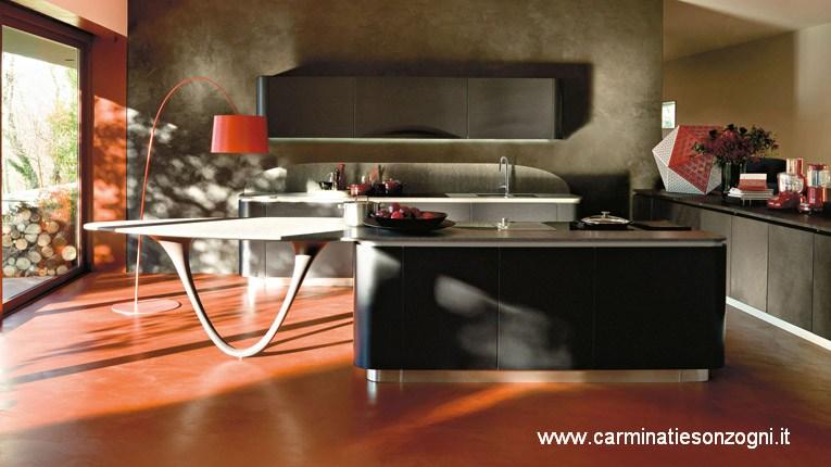 Cucina Snaidero Ola 20 in laccato micalizzato nero extra, piano di lavoro in quarzo stone grigio kwork, gamba in finitura legno.jpg