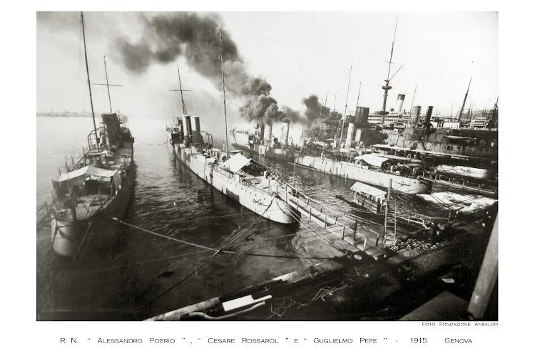 Los tres buques recien construidos en la factoria Ansaldo. Foto Fundación Ansaldo.jpg
