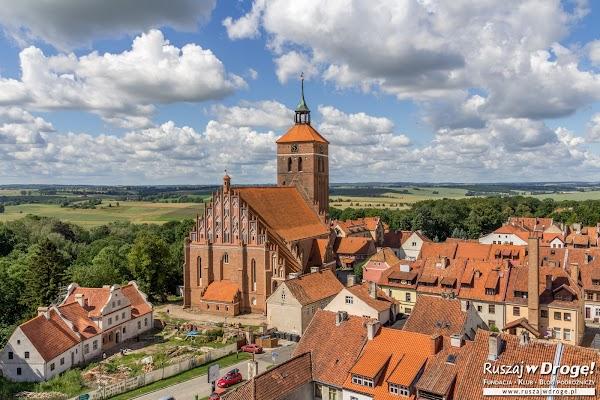 Ceglany kościół i piękna zabudowa w Reszlu