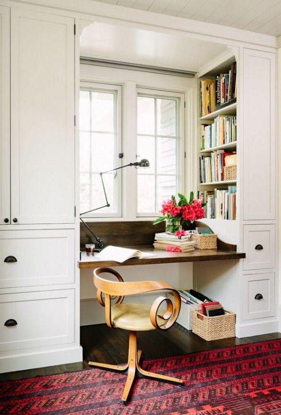 Đặt bàn làm việc cạnh cửa sổ giúp bạn tận dụng ánh sáng tự nhiên