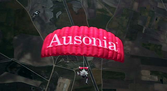 Paracaidista lanzándose al vacío