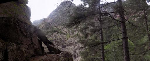 La sortie de la vire aérienne sous le bloc rocheux de la RG de la Cavichja