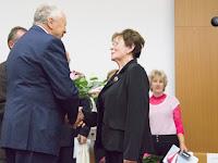16 Misányik Tibor köszönti Egyenes-Pörsök Katalint, az illésházi szervezet elnökét.jpg