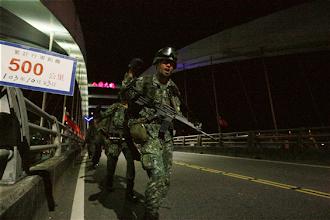 Photo: 陸軍特戰部隊山隘行軍訓練於23日凌晨實施「夜行軍」訓練,行軍里程並突破500公里,特戰官兵們士氣高昂,大步向終點邁進。(軍聞社卓以立)
