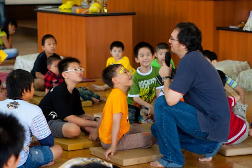 Guido Schwarze shares the Dharma with young children in Bandung, Indonesia as part of an outreach project with Potowa Center, 2011. Photo by Nevie Lim.