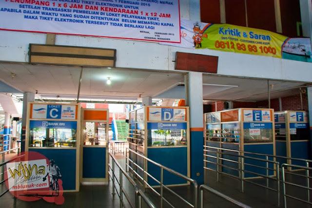Loket penjualan tiket ferry Virgo 18 yang berlabuh di Pelabuhan Merak, Banten
