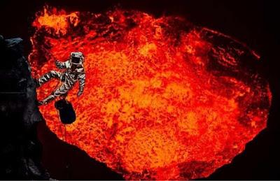 astronot di atas kawah gunung berapi
