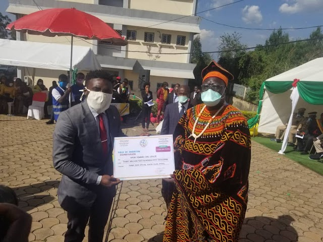 Bamenda: Minister Mounouna Foutsou hands support to beneficiaries of three year youth plan