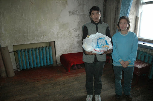Couple recieving charity in Darkhan, Mongolia, 2005. Photo by Ueli Minder.