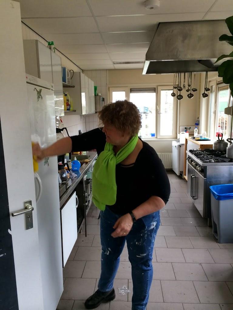 De keuken krijgt een enorme voorjaarsschoonmaak van o.a. Ymke.