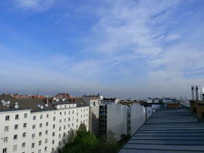 Einen schönen Dienstag aus Wien-Favoriten!  Zunächst das Positive des Tages: Es wird sonnig und warm, eventuell könnten sich heute sogar erstmalig 25 Grad ausgehen. Der bisherige Höchstwert stammt mit 24.6°C vom Frühlingsanfang am 21. März. Ausgedehnte, hochliegende Wolkenfelder kündigen dennoch etwas an was heute auch noch passieren wird. #Wetter #Wien #Wetteraussichten #Dienstag