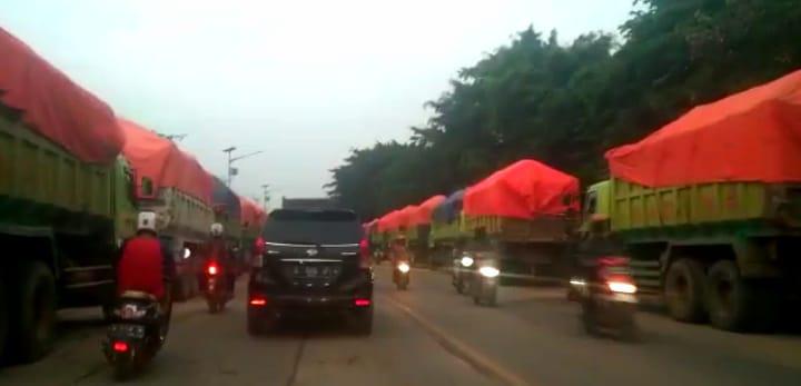 Parah, Tiap Hari Ratusan Truk Parkir Liar di Jalan Raya Cikande-Rangkasbitung Serang