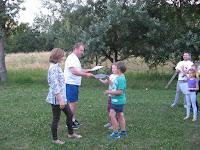 A sportoló családok legifjabb tagjai veszik át az oklevelet.jpg