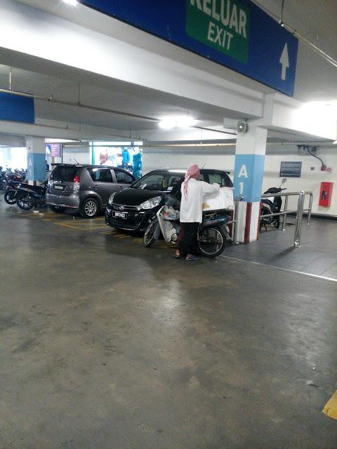 gambar di parking TESCO Kota Bharu -  keluar exit - A1 - seorang pakcik jual kelapa jelly - perodua myvi kelabu