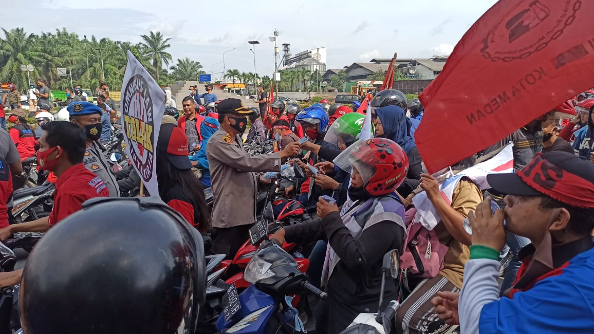 Polisi Bagikan Air Mineral dan Masker Kepada Ribuan Buruh