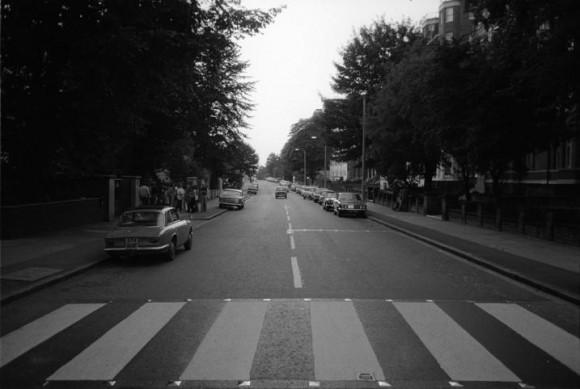 Foto tirada na Abbey Road no mesmo dia das fotos da sessão histórica, mostra a rua vazia