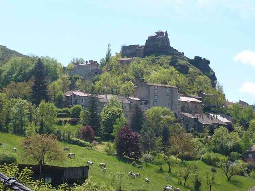 Le château de Saint-Ilpize vu depuis le pont suspendu