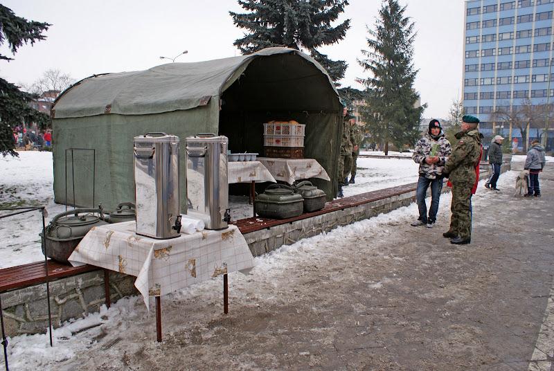 Żołnierze przygotowują grochówkę